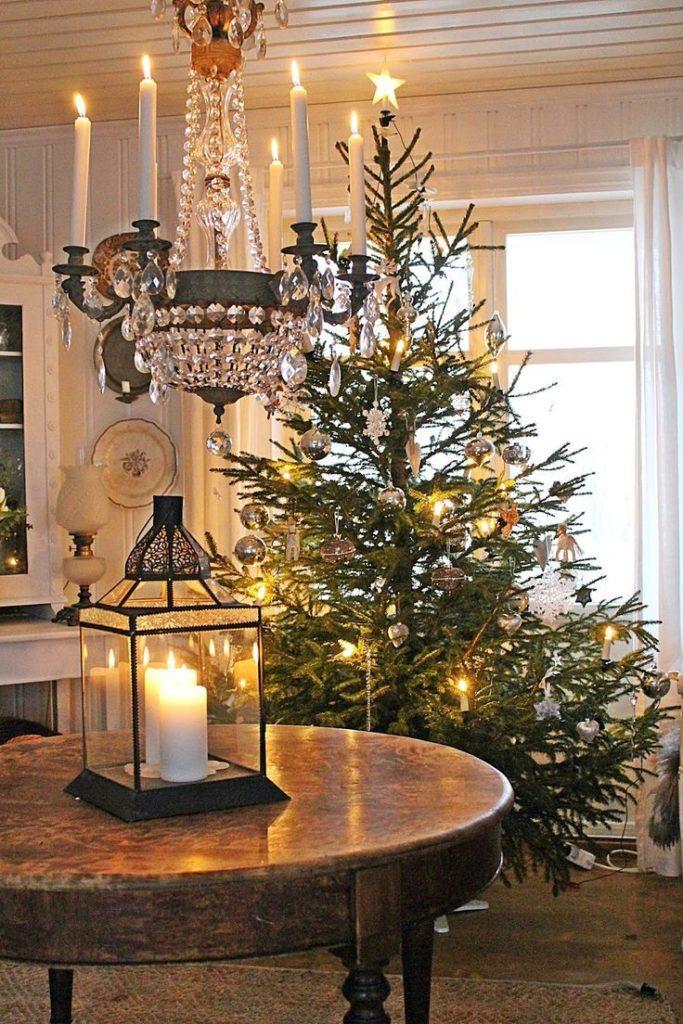 albero di Natale con luci e cristalli